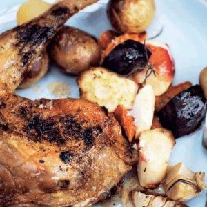 Hel kyllingelår med råstegte rodfrugter