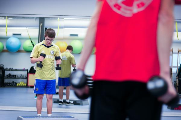 elev træner med vægte