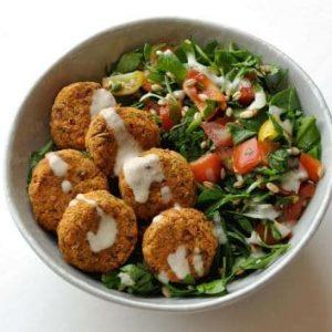 Romaine salat med falafel