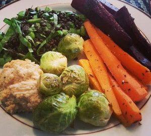 Stegt rosenkål, gulerødder og champignon med kyllingefilet og hummus.